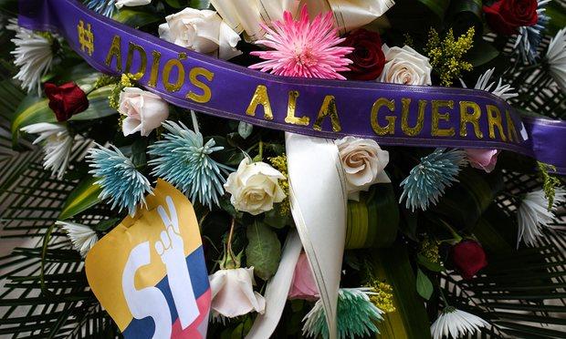 Kolombiya'nın Cali şehrinin ana meydanında bir çelenk. Üzerinde 'Savaşa Elveda' yazıyor. Fotoğraf The Guardian'dan alınmıştır - Kaynak:Luis Robayo/AFP/Getty Images